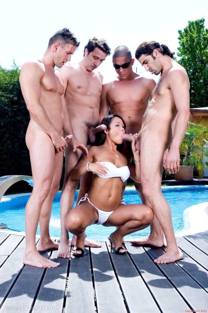 Мужики трахнули молодую в бассейне