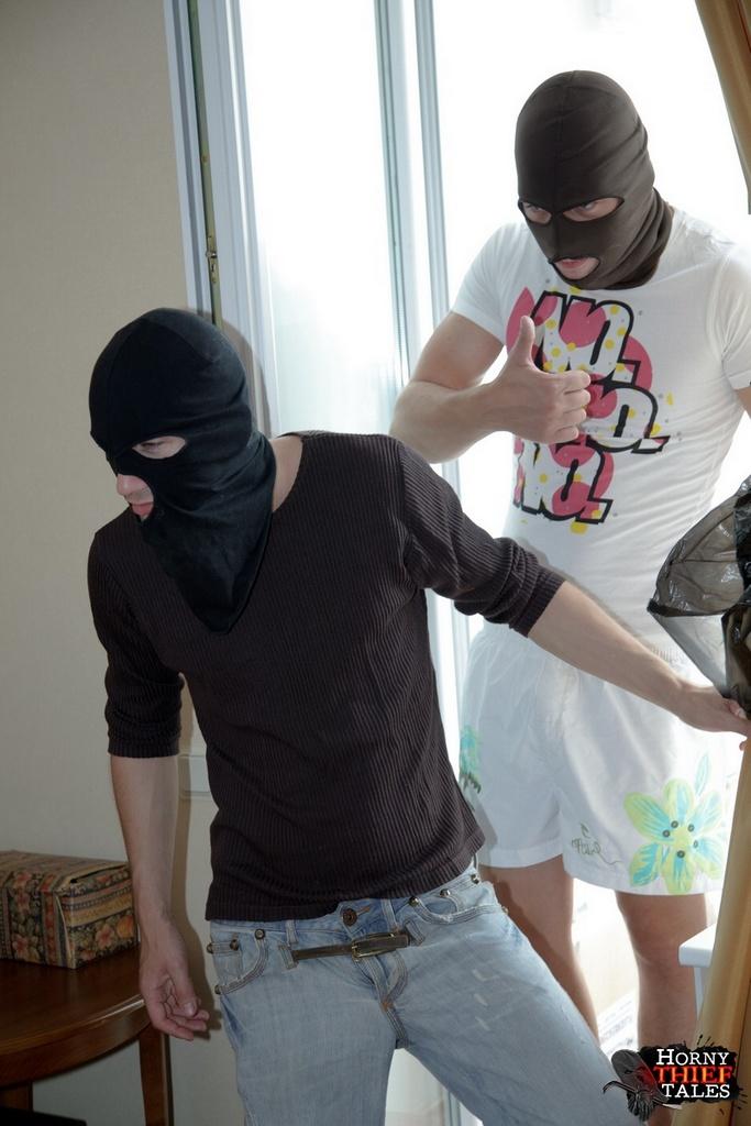 берн полагает, ебут девок парни в масках подошла