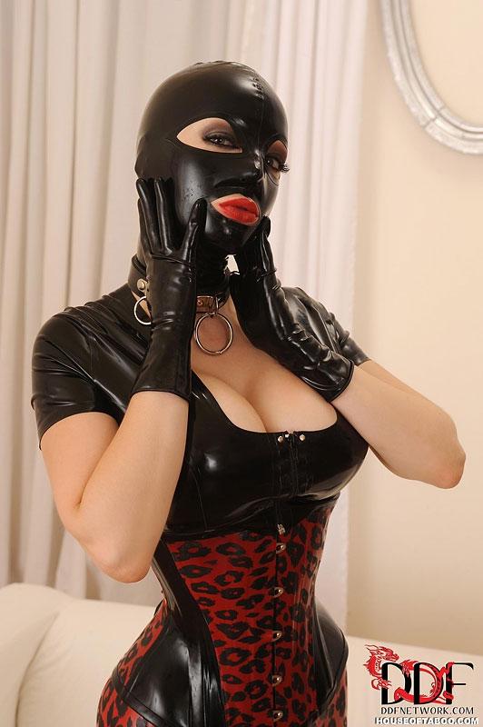Женщин в масках порно