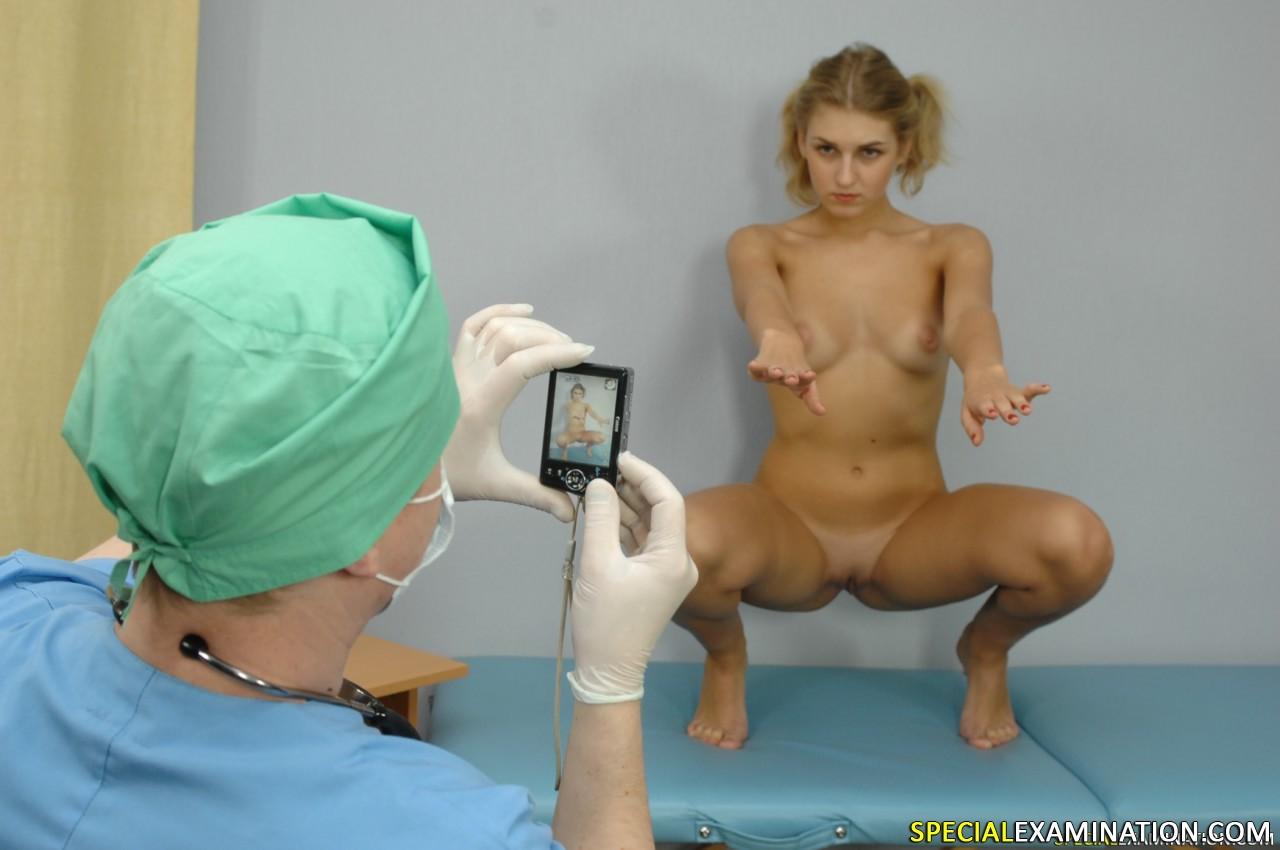 osmotr-u-ginekologa-zhopi-foto-poziruet-goloy-na-ulitse