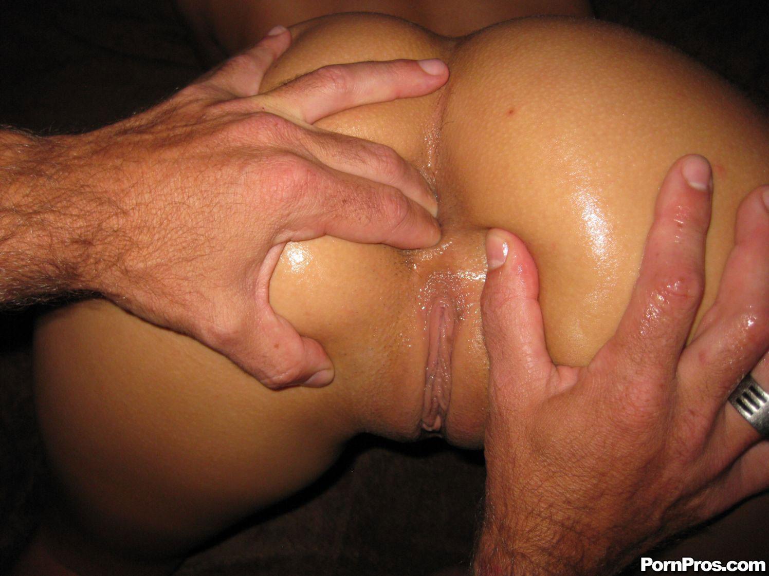 Сует мужику палец в жопу, Дрочит рукой мужу и сует палец в попу - лучшее порно 4 фотография