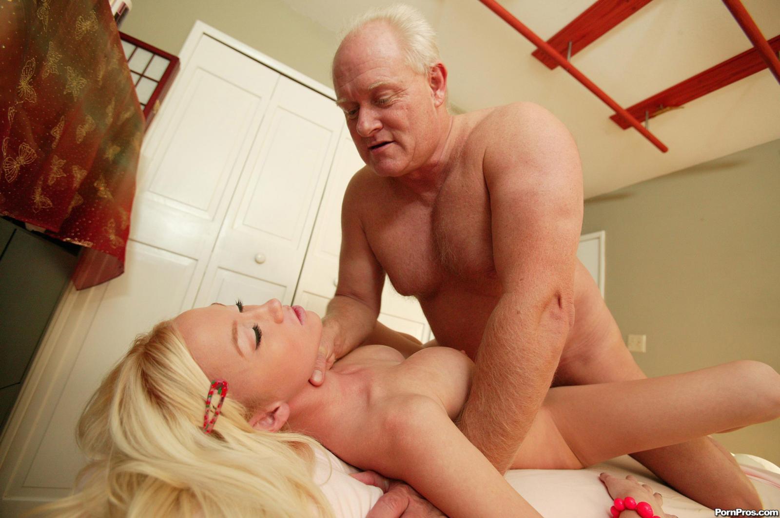 порно-дед трахает свою внучку